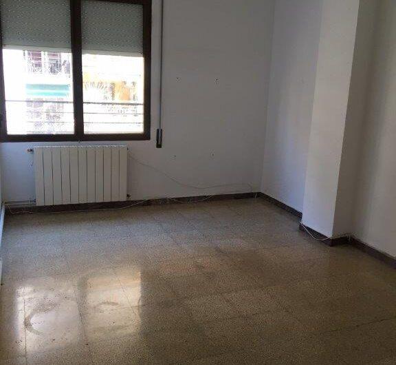 Se alquila piso en la zona de Sagrada Familia (C/ Dos de Mayo- C/ Provenza)